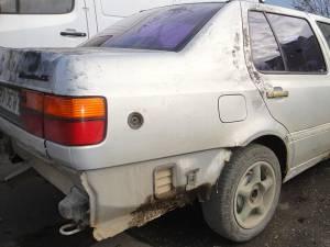 Autoturismul Volkswagen Vento în care se aflau cei trei hoţi în momentul în care poliţiştii i-au urmărit pe 20 de kilometri şi au tras focuri de armă ca să-i prindă