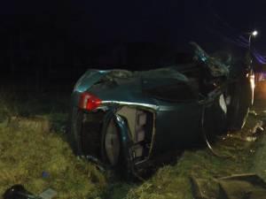 Maşina s-a lovit cu o violenţă extremă de un cap de pod, după care s-a răsturnat de mai multe ori în afara drumului