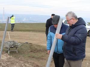 Fixarea stâlpilor metalici de îngrădire a cimitirului de pe Dealul Mănăstirii a început de ieri dimineaţă