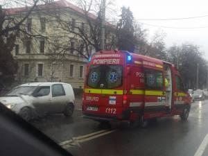 O ambulanţă SMURD l-a preluat de la locul accidentului pe pietonul nonagenar