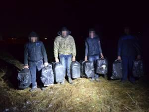 Poliţiştii de frontieră au reuşit reţinerea a patru cetăţeni ucraineni, iar în apropiere au fost descoperite opt colete cu ţigări de provenienţă ucraineană