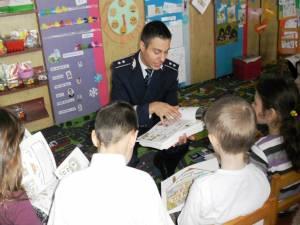 Comisarul Ionuţ Epureanu în mijlocul copiilor, în timpul acţiunilor de prevenire şi informare
