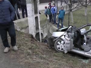 Autoturismul Dacia Logan s-a izbit într-un stâlp din beton. Foto: Cromtel Rădăuţi