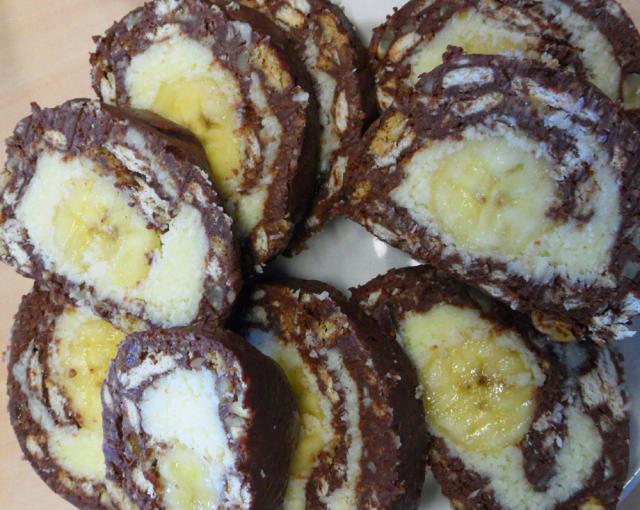 Rulada de biscuiţi cu banane (Lacrima de elefant). Foto: pinterest.com