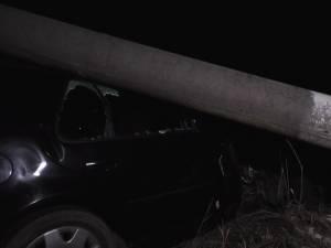 Două victime încarcerate, după ce au intrat cu maşina într-un stâlp, aproape de Vama Siret