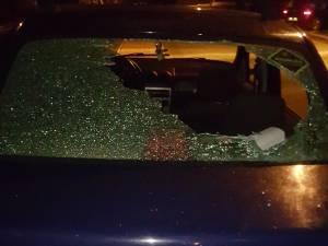 Maşina şi casa şefului unei firme de pază, vandalizate de doi indivizi