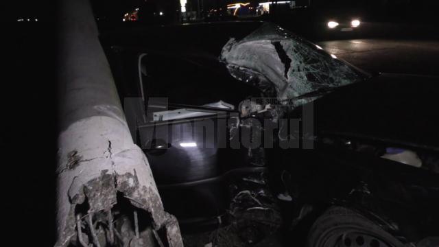 Autoturismul a lovit stâlpul de iluminat cu partea stângă
