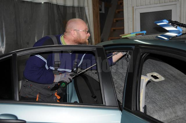 Loviturile de pe cupola maşinii sunt îndreptate din interior, cu scule speciale de apăsare