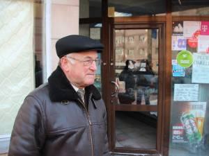 Proprietarul Nicolae Cucoradă, în faţa magazinului spart în timpul nopţii