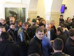 Aglomeraţie în sediul Direcţiei Silvice Suceava, ca urmare a numărului mare de agenţi economici înscrişi la licitaţie