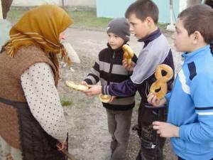 Milostenie. Foto: www.calauzaedj.ro