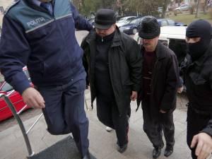 Doi dintre cei trei poliţişti, în momentul când au fost duşi la arestare