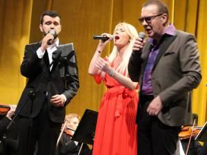 Solistul Gabriel Cotabiţă, tenorul Vlad Mirinţă, soprana Ianna Novac, pe scena suceveană