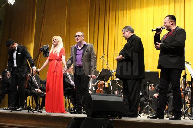 Solistul Gabriel Cotabiţă, întâmpinat de suceveni cu ovaţii şi aplauze la scenă deschisă