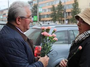 Primarul Ion Lungu a împărţit flori sucevencelor