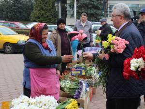Primarul Sucevei, Ion Lungu, a împărţit mii de flori doamnelor şi domnişoarelor, ajutat de tinerii liberali