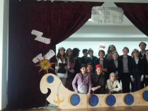 """La finalul acţiunii, trupa de teatru a şcolii, Trupa Spin, a prezentat în sala Căminului Cultural piesa ,,Vaporul Speranţei"""""""