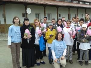 """Flori, dulciuri, felicitări pentru bătrânii de la Căminul """"Sf. Ioan cel Nou"""" din partea Fundaţiei FARA"""