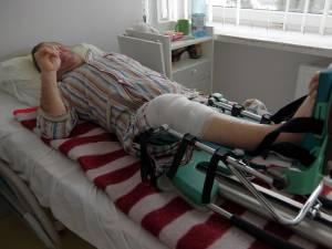 Pacientul operat acum 10 zile se recuperează cu atele motorizate