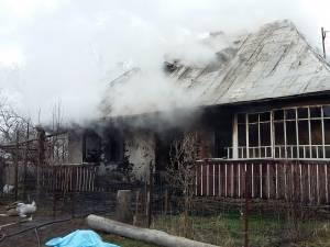Casa distrusă de flăcări la Bănceşti, marţi dimineată