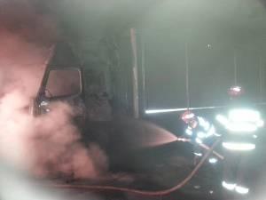 Pompierii au reuşit să stingă cabina tirului aprinsă