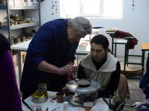 Atelierele se află în localitatea Măriţei, comuna Dărmăneşti