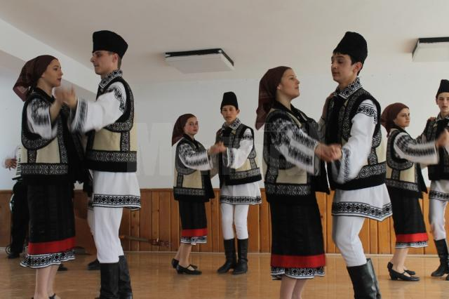 """Concursul interjudeţean """"Armonie prin artă populară şi tradiţii"""", la Centrul Şcolar Suceava"""