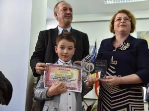 Câştigătorul Marelui premiu, alături de directoarea Alexandra Bejinaru şi prof. Valentin Ianoş - Foto:Adrian Crăciunescul