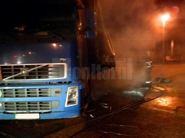 Un autotren încărcat cu cărbune a luat foc în Vama Siret