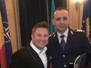Agentul-şef adjunct Gabriel Nicolai Moroşan, alături de Pavel Bartoş, care a prezentat evenimentul în cadrul căruia suceveanul a fost distins