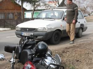 În urma impactului motocicleta a fost aruncată în şanţul de lângă drum