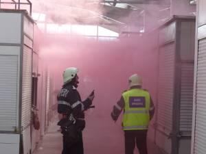 Incendiu urmat de explozii pirotehnice, în cadrul unui exerciţiu tactic al pompierilor, în bazarul din Suceava