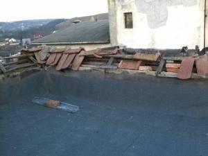 Blocul 148 de pe Calea Burdujeni, din zona magazinului Torino, nu are acoperiş de două luni de zile