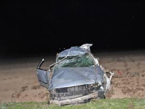 Maşina a plonjat în afara drumului, de la o diferenţă de nivel de câţiva metri, rostogolindu-se de mai multe ori pe un teren agricol