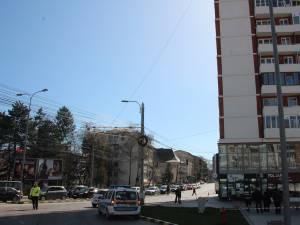 Ieri, la orele prânzului, traficul auto şi pietonal din zona centrală a municipiului Suceava a fost blocat parţial pentru aproape jumătate de oră