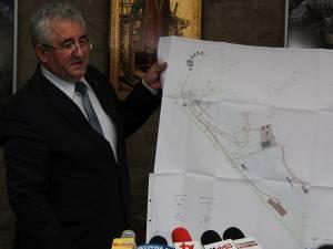 Primarul Sucevei, Ion Lungu, prezentând planşa zonei de agrement de la baza dealului Tătăraşi