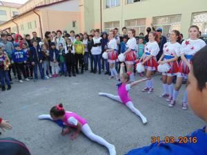 Expoziţii de pictură, desene pe asfalt, dansuri realizate de copii cu nevoie speciale, la Centrul Şcolar Suceava