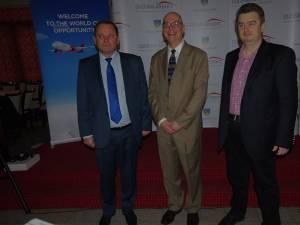 """Directorul de comunicare al Wizz Air, Doug Oliver, împreună cu preşedintele CJ, Cătălin Nechifor, şi directorul Aeroportului """"Ştefan cel Mare"""", Ioan Măriuţa"""