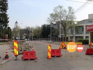 Strada Ştefan cel Mare a fost închisă circulaţiei pe porţiunea dintre Muzeul de Istorie şi Parcul Central, pentru a fi continuate lucrarile de modernizare a zonei centrale