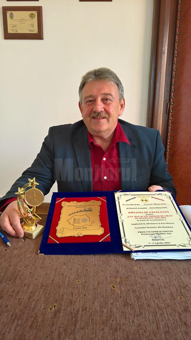 """Primarul din Gura Humorului, Marius Ursaciuc, a primit diploma şi trofeul pentru """"Cel mai activ primar de oraş"""" în mandatul 2012 – 2016"""