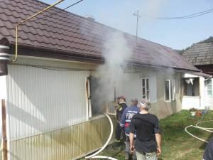 O lumânare uitată aprinsă a declanşat un incendiu în bucătăria de vară a bătrânei