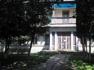 Hotelul Cembra a fost lăsat în paragină de ani de zile