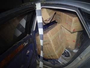 Poliţiştii au descoperit mii de pachete cu ţigări în interiorul maşinii abandonate