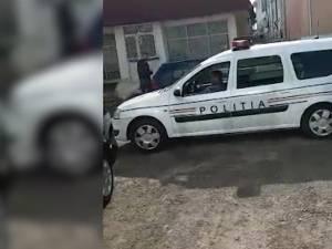 Autoturismul Logan MCV, aparţinând Poliţiei Rutiere, este manevrat prin curtea unei spălătorii din Suceava de angajaţii firmei