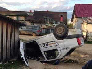 Loganul Poliţiei a lovit un mal de pământ, iar apoi s-a rotit în aer, a lovit o altă maşină şi a aterizat pe cupolă, fiind distrus aproape total