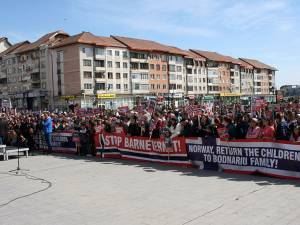Aproximativ 5.000 de oameni s-au adunat pentru a susţine cauza familiei Bodnariu şi pentru a protesta la adresa Barnevernet