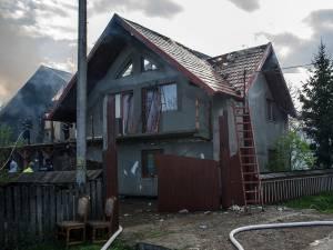 Două gospodării au fost mistuite de flăcări