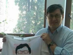 Între simpatizanţii candidatului PSD la funcţia de primar al Sucevei, Tiberius Brădăţan, a apărut de câteva zile o nouă modă, tricoul cu doctorul-primar al Sucevei