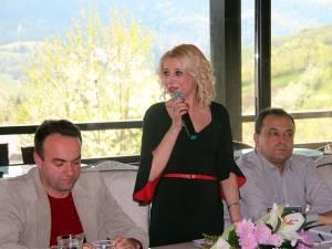 """Lansarea volumului de poezii """"Iubeşte!"""", tipărit la Editura Teba, semnat de Brînduşa Sorina Bialy"""