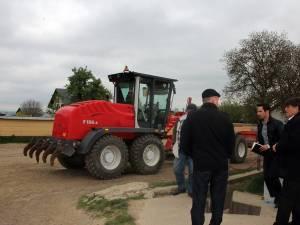 Primarul Anton Curic (în dreapta), alături de constructori în timpul vizitei în teren de ieri